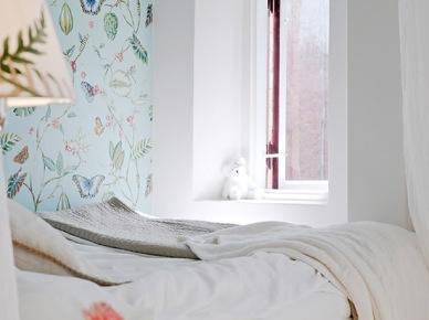 Pomysł na mini sypialnię z wesoła tapetą we wzory (20079)