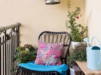 Czarny fotel rattanowy na balkonie (17535)