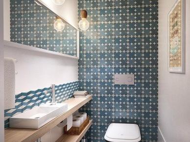 Naturakne drewno,niebiesko-turkusowe płytki na ścianie,żarówki na kablach i szare betonowe płytki na posadzce w łazience (24816)