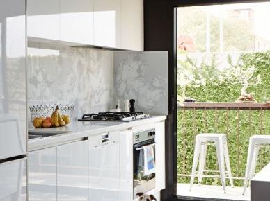 Panoramiczne  okno z drzwiami w białej kuchni z widokiem na ogród (47862)