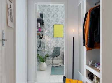 Maly i wąski przedpokój z białym lustrem na scianie i półkami we wnęce ściennej (25894)