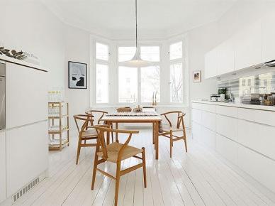 Piękne białe wnętrza z elementami drewna - idealna para, czyli mieszanka doskonała (zakupy on-line)