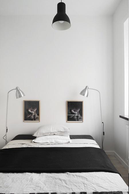 Srebrne lampy, i biało-czarne dekoracje w sypialni