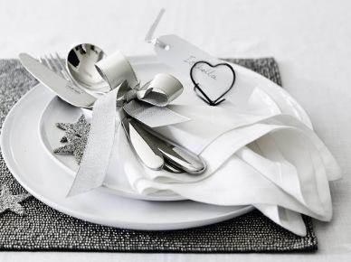 Pomysł na dekorację stołu z białą świąteczną zastawą stołową (47793)