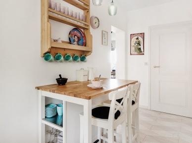 Aranżacja kuchni w bieli i drewnie (47712)
