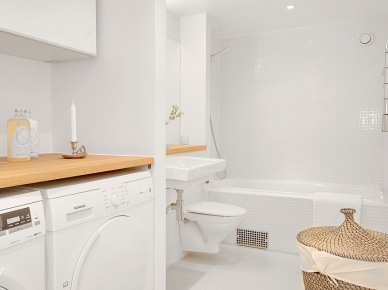Drewno i wiklina w białej łazience (18512)