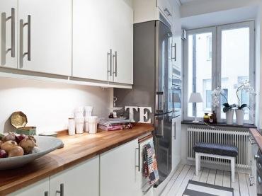 Aranżacja małej kuchni z oknem (20650)