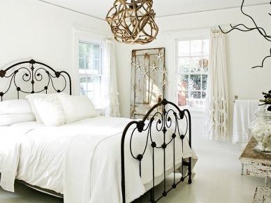 Przetarte drewno,i plecione dekoracje z gałęzi i rattanu w sypialni (17543)