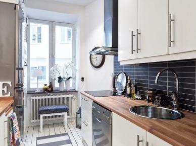 Pomysł na aranżację małej kuchni w biało-czarnym kolorze (20651)