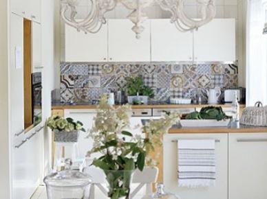 Biała kuchnia z prowansalskimi detalami i marokańskimi płytkami na ścianie (21280)