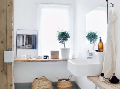Żarówki na kablu,blaty z surowego drewna,betonowa posadzka i kosze z trawy morskiej w łazience (47904)
