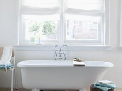 Turkusowe ręczniki w białej łazience (18478)