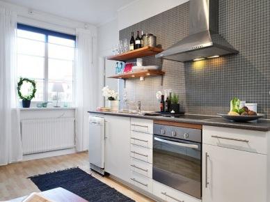 Jak udekorować szarą ścianę ze stalowym okapem w kuchni ? (17232)