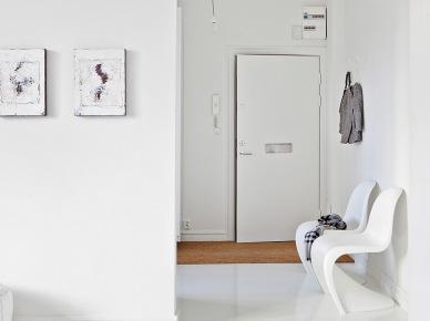 Biale  krzesła panton w korytarzu (18399)