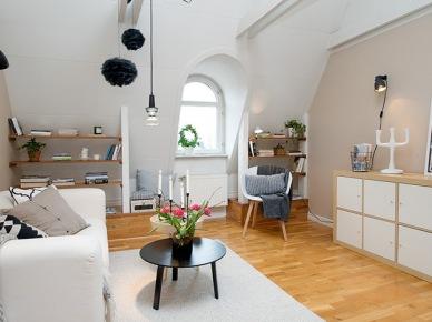 typowy metraż 42 m2 mieszkania - dobrze urządzone i ze smakiem. Wąski przedpokój, wąska kuchnia i na dodatek skośne sufity - to jest zawsze dużym wyzwaniem urządzić je dobrze i ze smakiem. Tutaj warto zwrócić uwagę na wykorzystanie przestrzeni pod skosami - są drewniane zabudowy, wolne miejsce na kącik domowego biura lub miejsce na stolik przy kuchni. To mieszkanie nie ma zbyt wiele wolnej przestrzeni, ale ładnie i praktycznie połączono wszystkie przestrzenie i wykorzystano każdą nierówność czy to na podłodze, czy to na suficie. stały się urozmaiceniem w aranżacji mieszkania, a nie przeszkodą. I to jest tutaj najważniejsze, bo mieszkania na ostatnim piętrze dostarczają nieraz wielu kłopotów a mogą być one powodem do wykreowania nietypowej dekoracji lub miejsca. Mi się...