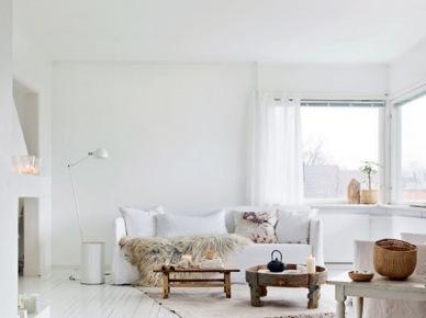 Białe malowane deski na podłodze w salonie,białe sofy,drewniane stoliki i ławy w stylu skandynawskim,futrzaki,lampa podłogowa biała z wysięgnikiem (47900)