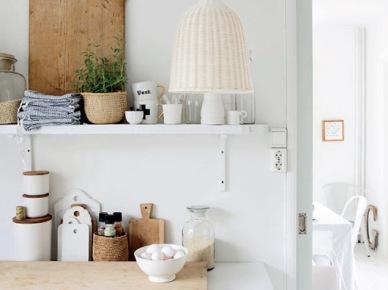 Biała kuchnia w stylu skandynawskim z drewnianymi i bambusowymi  dekoracjami (47902)