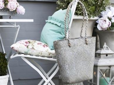 Jak udekorować mały balkon, czyli pomysły, inspiracje, meble i dodatki w poniedziałkowych zakupach online