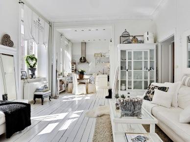 Romantyczny biały salon w skandynawsko-prowansalskim mixie (24379)