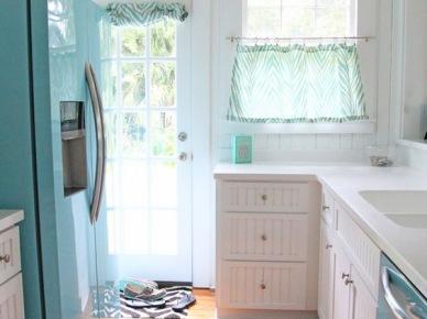 Aranżacja małej kuchni w bieli i błękicie (49845)