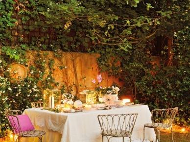 Za stołem  w ogrodfzie (10878)
