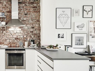 Bogata wersja galerii ściennej składa się z grafik, zdjęć czy motywuz porożem. Dekoracja w jadalni stanowi, obok czerwonych cegieł w kuchni, najbardziej charakterystyczny punkt białego...