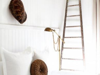 Drewniana drabina w białej sypialni (19230)