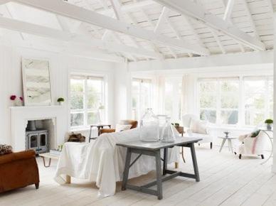 Salon z kominkiem ubrany na biało (20570)