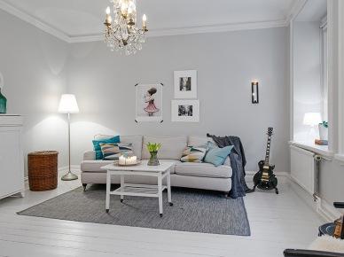 wspaniałe mieszkanie - skandynawskie aranżacje wciąż mnie czymś potrafią zaskoczyć ! tym razem mistrzowskim wprowadzeniem rustykalnych detali i dekoracji w bardzo subtelne i proste wnętrze. To duża umiejętność nie zachwiać łagodnego wyrazu mieszkania, prostego i bardzo estetycznego, wprowadzając detale w stylu rustykalnym i vintage. Wiklinowy fotel w czerni, latarenka, inkrustowana cementowymi płytkami biała podłoga z desek, lampa vintage na czarnym stołem w kuchni, itd - to naprawdę piękne i możliwe, aby dwa różne style tworzyły lekką i harmonijną całość. Białe podłogi i ściany zostały delikatnie uzupełnione szarą sofą, żarówkową girlandą lub kolorowym, dzierganym dywanem. Nawet czarna ściana w sypialni nie psuje tutaj łagodnej atmosfery domu. A różowa podłoga w dziecięcym pokoju tylko potwierdza talent dekoratora i utwierdza mnie w przekonaniu, iż skandynawskie wnętrza są w stanie ujarzmić i wchłonąć każdy styl i każdy kolor. Jeśli są dobrze wkomponowane, to  wszystkie tylko uświetniają skandynawski styl. Piękne i subtelne...