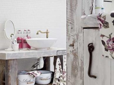 Łazienka z postarzanymi i bielonymi meblami vintage (21488)
