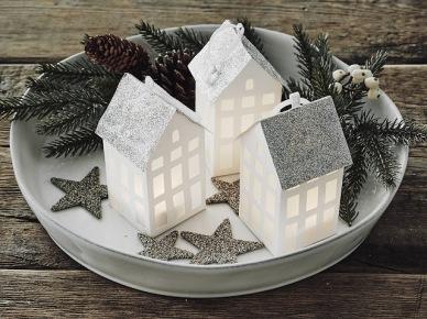 Dekoracja świąteczna do łazienki -  białe latarenki domki na białej tacy z igliwiem i gwiazdkami (47795)