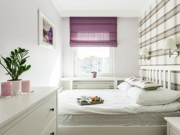 Sypialnia to wąskie pomieszczenie, które dzięki dominującej bieli maksymalnie zyskało na przestrzeni, przynajmniej...