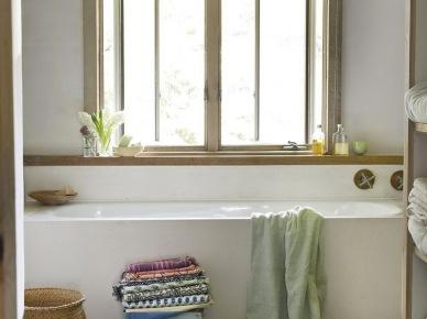 Szaro-beżowa roleta rzymska na oknie w prostej łazience z białymi i drewnianymi detalami (25344)