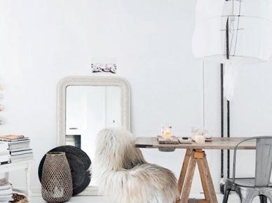 Lampa kokon na metalowym stelażu,drewniany stół na kozłach,białe lustro stojące,metalowe szare krzesła tolixy (47898)