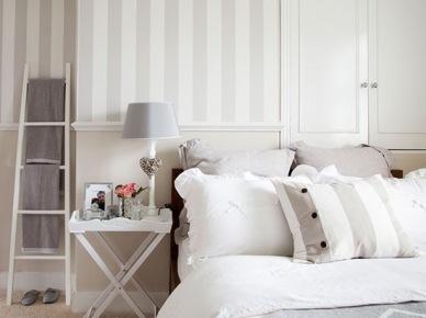 Pastelowa tapeta w szare pasy, drewniana drabina i dekoracyjnie ubrane łóżko (21716)