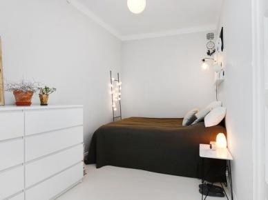 Biała sypialnia bez okien z ciemnobrązową kapą na łóżku (49012)