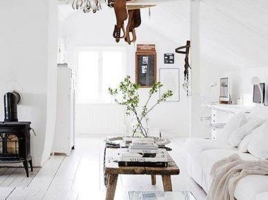 Biały salon z żeliwnym kominkiem i rustykalnym stolikiem (20588)
