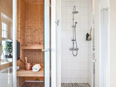 Biała łazienka i sauna połączone płytkami azulejos (49000)