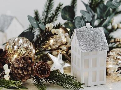 Złote bombki,białe gwiazdki i domek latarenka jako dekoracja do sypialni lub pokoju dziecięcego (47794)