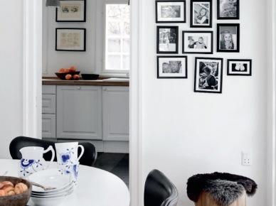 Czarno-białe fotografie na ścianie w białym wnętrzu (19688)