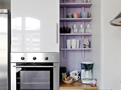 Pomysł na fioletową wnękę z półkami w białej kuchni (20088)
