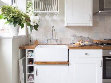 Drewniana biała kuchnia z pomysłowymi półkami (21722)