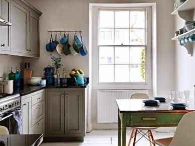 Klasyczna szara kuchnia z turkusowym stołem vintage i szmaragdowymi detalami na szafkach kuchennych (24520)