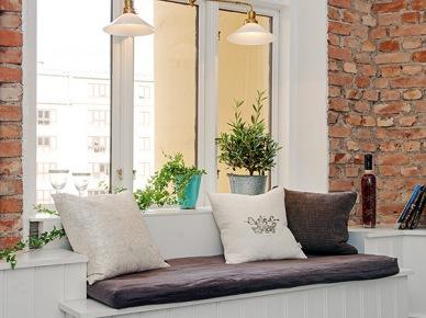 Pomysł na siedzisko pod oknem ze ścianą z czerwonej cegły (20368)