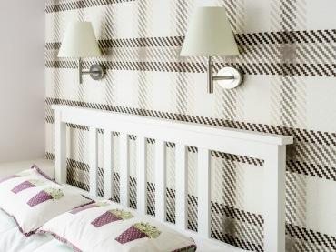 Sypialnię ozdabiają drobne dodatki we fiolecie, a tym najbardziej charakterystycznym elementem jest z pewnością...