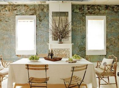kolejna aranżacja inspirowana  prowansalskim stylem - to eklektyczna mieszanka, gdzie wiodący prym mają francuskie meble i dekoracje. I choć ten dom jest daleko od Francji, ( Nowy Jork ), to duszą i energią całkowicie nasycony prowansalskim klimatem i aurą. Patynowane meble,filigranowe elementy dekoracji,stylowe, pastelowe tapety na ścianach oraz meble rodem z Prowansji dały imponujący, francuski smak i design temu domowi. Przytulny, z historią i dobrą energią...