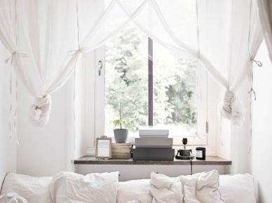 Biały woalowy dekoracyjnie upiety baldachim nad łóżkiem w sypialni (25983)