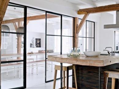 Przeszklona ścianka działowa w metalowych czarnych ramach pomiędzy salonem i kuchnią,drewniane belki (47856)