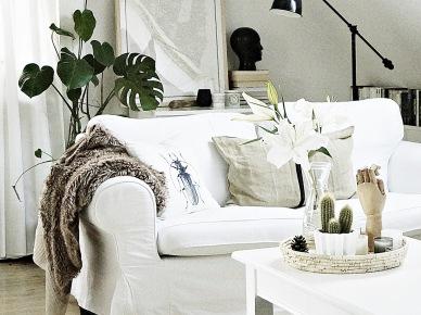 Biała sofa w aranżacji salonu (47864)