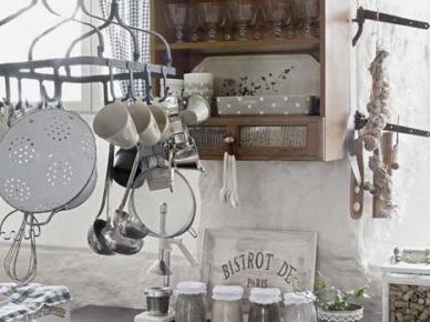 Lepiankowe ściany w kuchni z drewnianymi meblami z metalowymi blatami (21478)